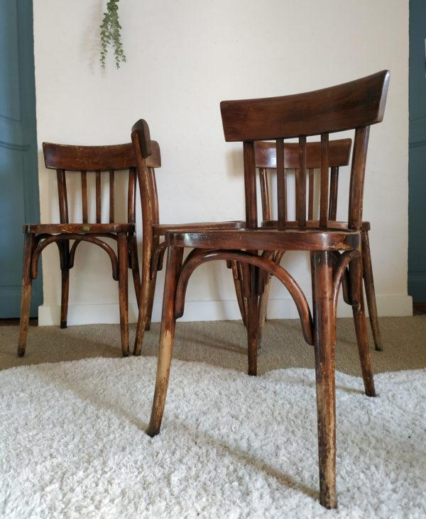 Lignes intemporelles et teinte patinée, cette série de 4 chaises bistrot est un indémodable!