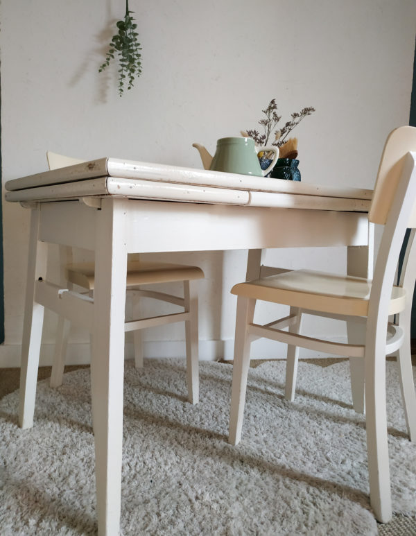 Chouette ensemble composé d'une table et de deux chaises Thonet anciennes.
