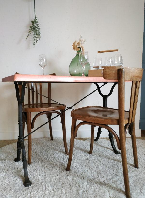 Cette table de bistrot nous embarque de suite dans l'ambiance vivante et animée des brasseries anciennes.