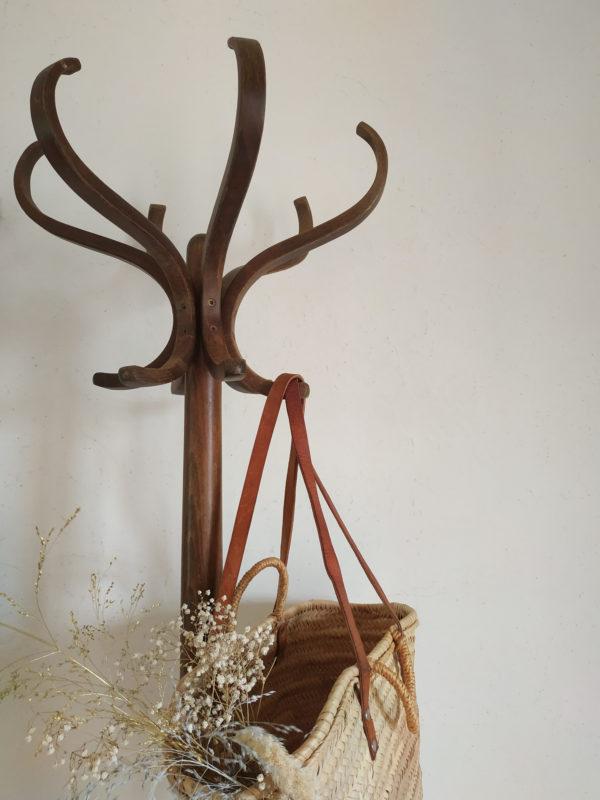 Communément appelé perroquet en bois, nous aimons le travail du bois courbé conférant à l'ensemble un graphisme d'un autre temps.