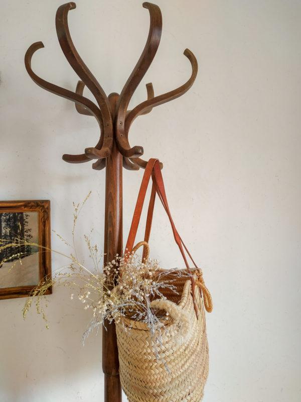 Ce porte manteaux en bois ancien possède un charme suranné et authentique à souhait comme on les aime.