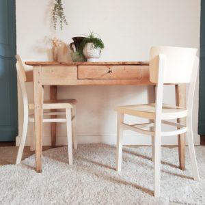 Agrémentée de chaises bistrots, de chaises vintage dépareillés ou de chaises contemporaines; cette table de ferme ancienne sera sans nul doute la pièce maitresse d'une déco recherchée.