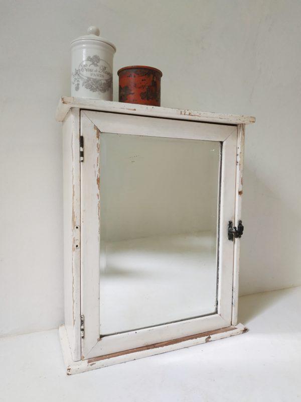Nous craquons pour le miroir finement biseauté de ce petit meuble de pharmacie ancien et son petit loquet de fermeture.