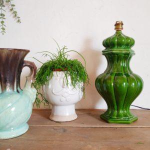 Nous aimons le coloris vert péchu de ce pied de lampe vintage qui se mariera aussi bien avec un abat-jour en rotin qu'en tissu qu'importe la couleur ou les motifs.