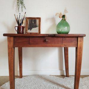 Cette table de ferme ancienne impose une allure authentique et raffinée qui nous charme d'emblée.