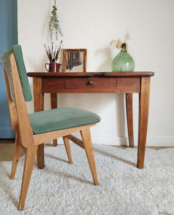 Nous imaginons de suite cette table de ferme ancienne en bois associée à une chaise savamment choisie pour devenir un bureau inspirant.