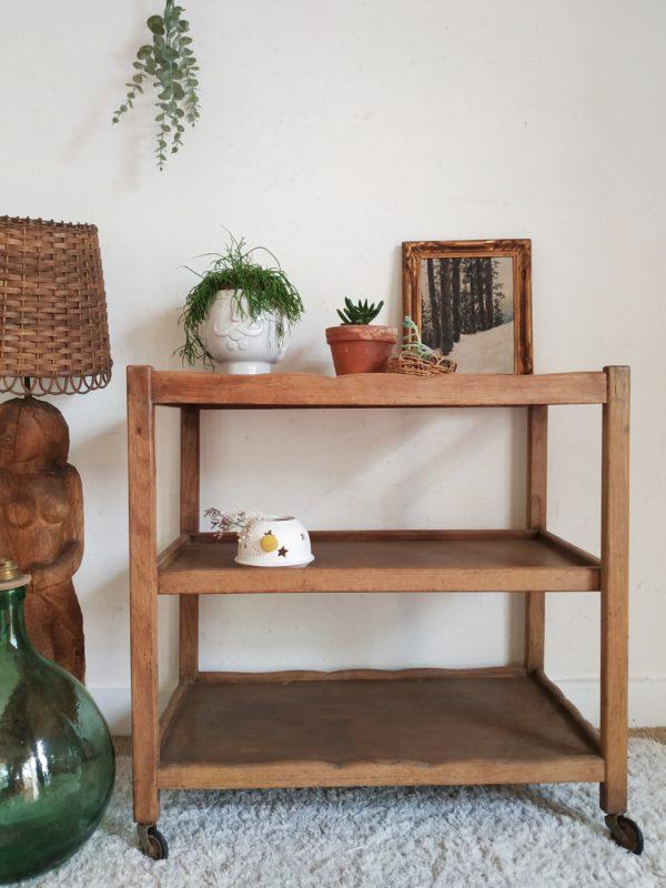 Nous aimons le coté authentique qui se dégage de cette table sur roulettes en bois vintage.