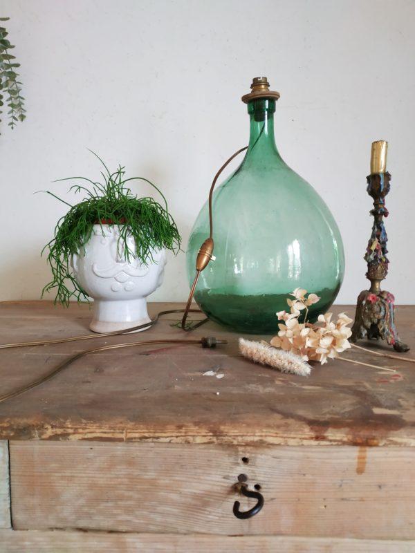 Cette dame Jeanne ancienne aux dimensions parfaites fut détournée par son ancienne propriétaire artiste en un pied de lampe.