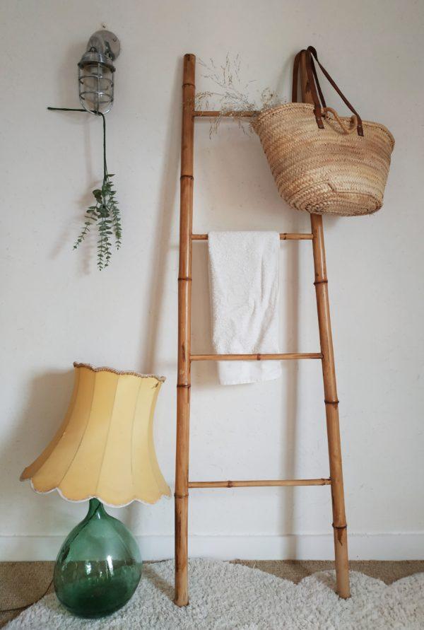Cette échelle ancienne en bambou est d'une simplicité redoutable pour envoûter n'importe quel pan de mur de votre intérieur.