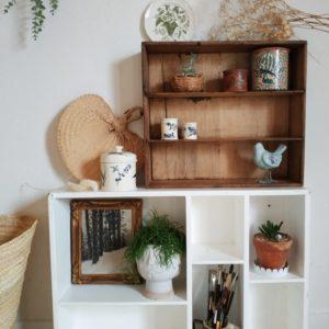 Ce tiroir d'atelier en bois nous a de suite charmé. Il possède ce look rétro suranné des meubles de métier.