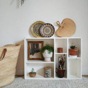 Voici une petite nouveauté qui sort tout droit de l'atelier d'une artiste peintre, cet ancienne étagère en bois a de suite fait de l'oeil.