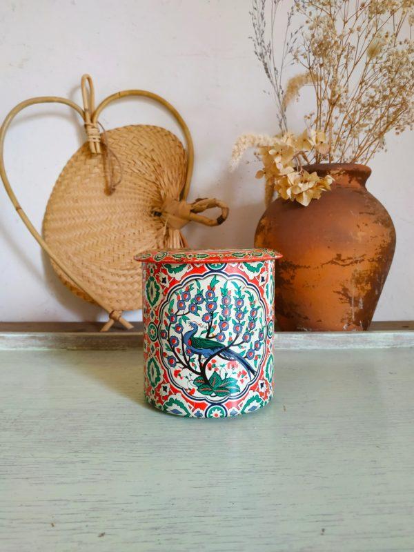 Très chouette pièce de déco au charme rétro fou. Il se détournera à merveille pour se transformer en vase pour y présenter des fleurs séchées ou des fleurs coupées, dans la cuisine pour y ranger des denrées, dans l'entrée pour y cacher ses clefs
