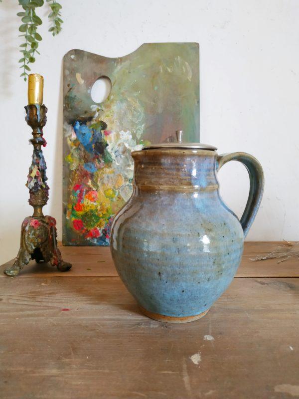 Datant des années 90, en atteste sa signature cette poterie reste en parfait état.