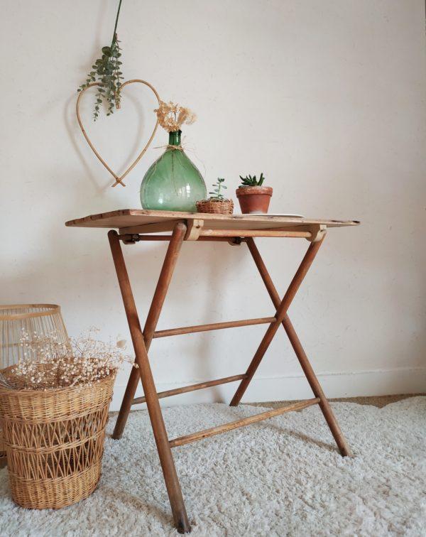Cette table pliante ancienne possède une look résolument bohème et romantique, une pièce tendre qui met en valeur chaque objet qu'elle reçoit.