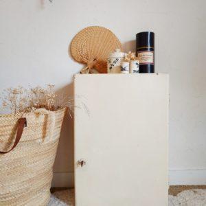 Cette petite armoire à pharmacie en bois ancienne nous offre un look rétro charmant à souhait.