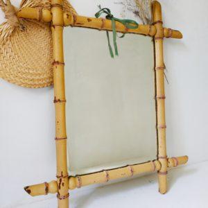 Ce miroir en bois ancien apportera profondeur et agrandira la pièce que ce soit fixé au mur ou posé sur un meuble.