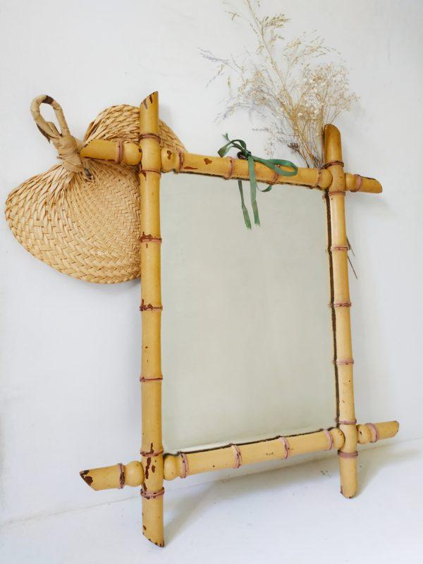 Ce miroir ancien trouvera aisément sa place que ce soit dans une entrée, une chambre, une salle de bain ou le salon.