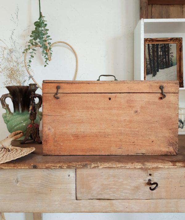 Ce petit coffre ancien en bois possède une sublime patine d'origine.