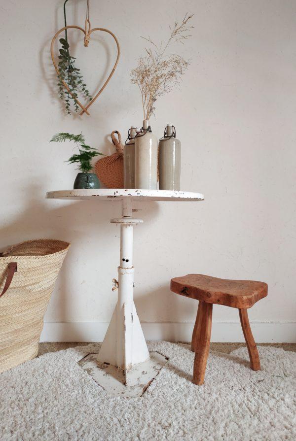 Table en métal plateau rond coloris blanc patiné