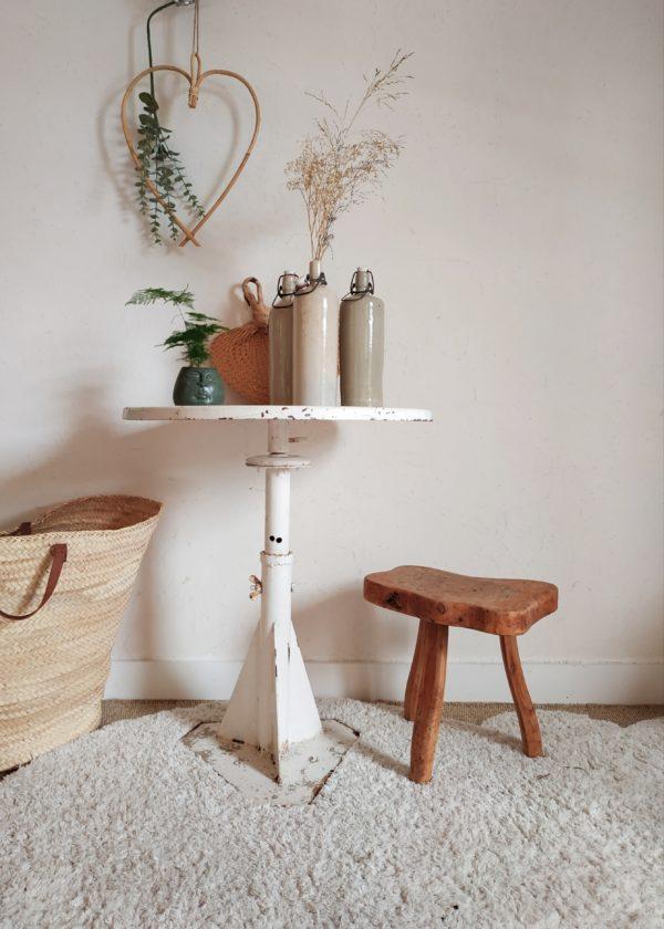 Cette table de métier ancienne saura aussi jouer pleinement un rôle de desserte, bout de canapé ou de table d'appoint pour accueillir avec plaisir vos curiosités, des plantes succulentes, une lampe rétro.
