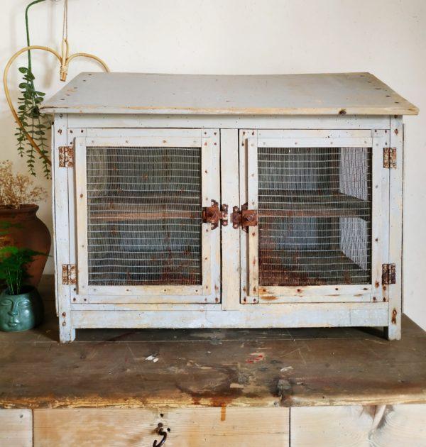 Ce garde à manger ancien se révèlera bien pratique pour y ranger les confitures et les conserves.
