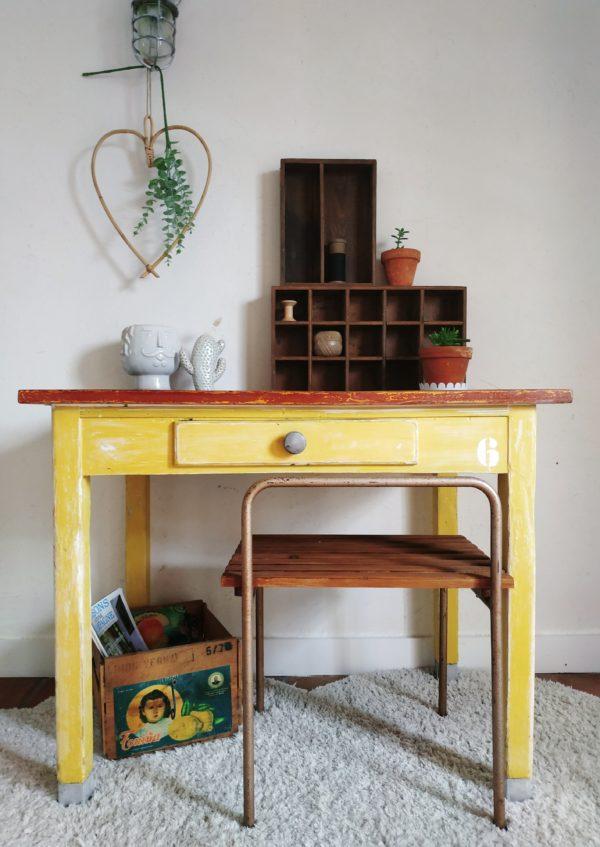 Cette table de ferme rustique possède un charme nostalgique tout en arborant une couleur jaune lumineuse et réjouissante.