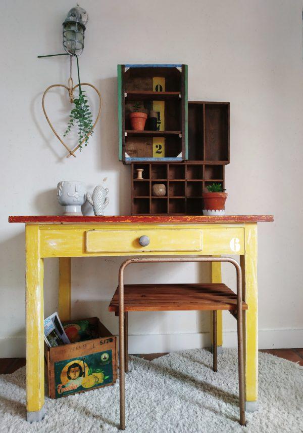 Cette table de ferme ancienne possède un charme nostalgique tout en arborant une couleur jaune lumineuse et réjouissante.
