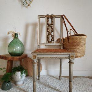 Cette élégante chaise en bois et assise en cannage nous a bluffé avec ses détails décoratifs finement ouvragés.