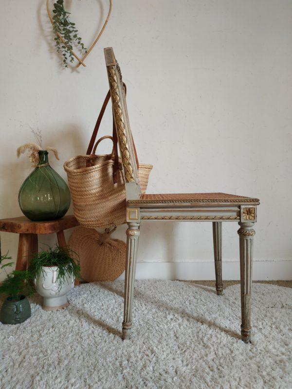 Cette précieuse chaise rétro se suffira à elle-même installée dans une chambre, dans une salle de bain ou un dressing pour apporter un look élégant à une déco soignée.