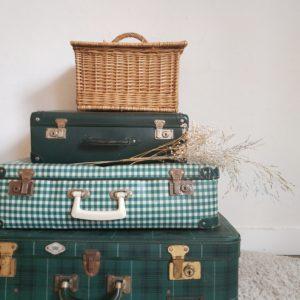 sublime accessoire de déco à elle seule ou associée à d'autres valises vintage sur une armoire, dans une entrée elle apportera une touche déco vintage bohème en apportant sa touche graphique rétro.