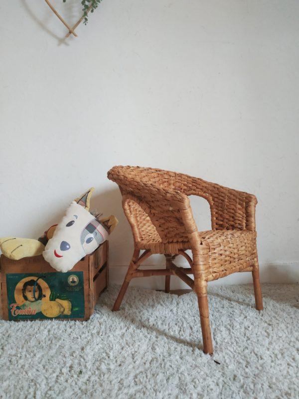 Chouette fauteuil vintage en bois et fibres naturelles pour les tout petits.