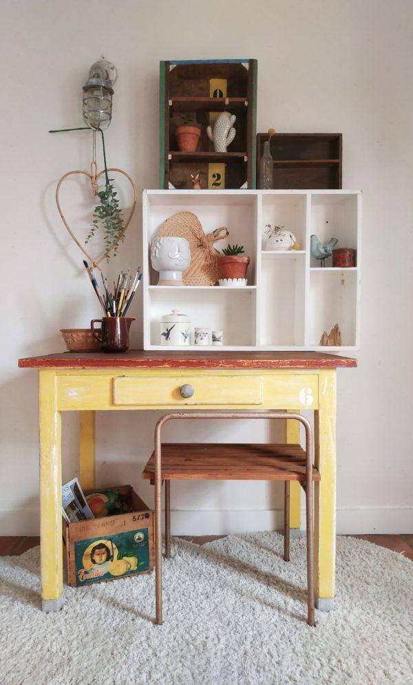 Dans une entrée avec des cactées, dans une chambre d'enfants, dans une salle de bains pour y déposer parfums, ce tiroir d'atelier ancien deviendra vite un petit mobilier de rangement autant pratique qu'agréable à regarder.