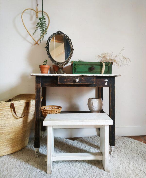 Des années 50, cette petite table ancienne sera parfaite dans une entrée pour donner une touche vintage dans un intérieur à la déco soignée, ou transformée en espace de travail ou table de toilette avec une petite assise en bois.