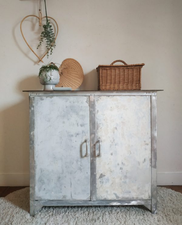 Ce meuble en métal des années 50 nous a de suite plu avec ses couches de peinture fondues et son plateau en acier patiné.