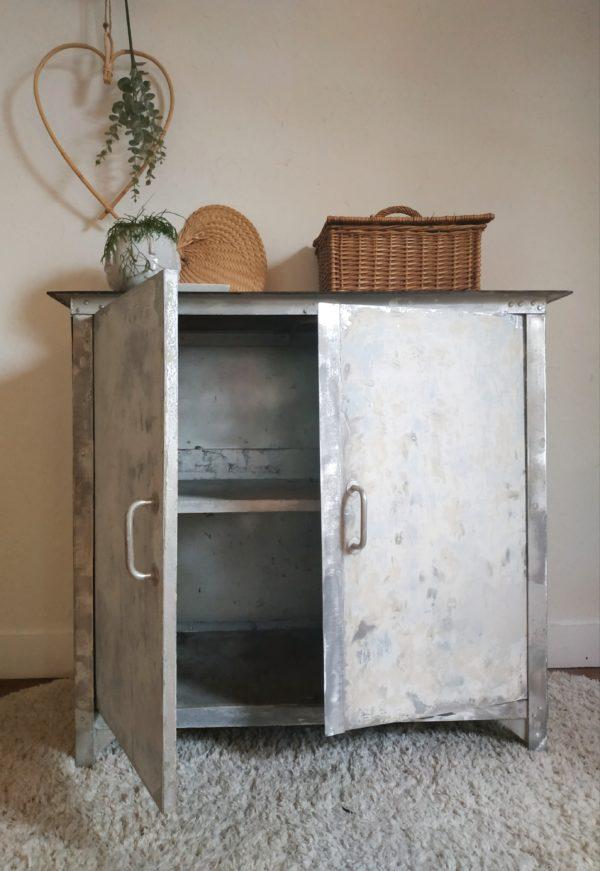Dans une salle de bain ce petit meuble vintage à portes battantes permettra d'y ranger des serviettes et/ou produits de beauté.