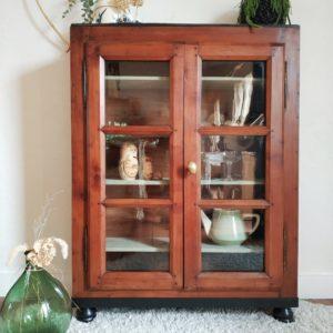 Sans nul contexte, cette petite vitrine ancienne en bois porte en elle toute l'élégance des meubles anciens de belle facture.
