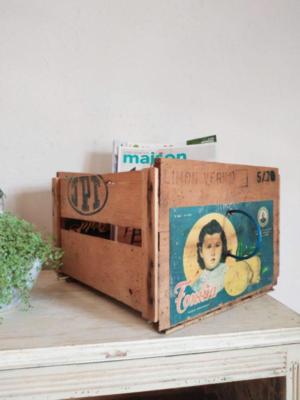 Cette ancienne caisse de transport en bois de cagettes est en attente de changement.