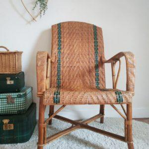 Réalisé en bambou et bois massif, ce sublime fauteuil vintage nous projette directement à l'ombre d'un figuier d'une maison cossue.