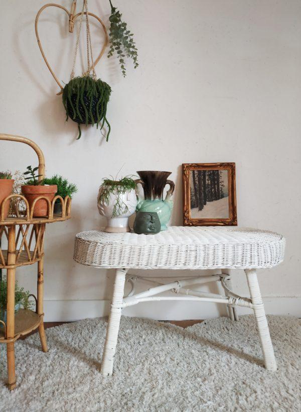Ce petit modèle de table nous a de suite séduit avec ses proportions parfaites et sa couleur blanche scandinave.