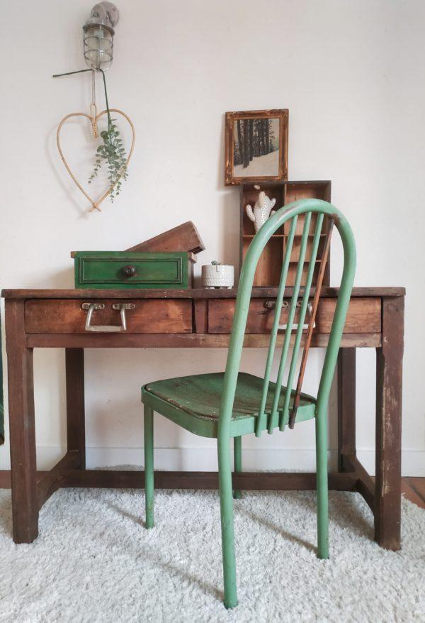 Ces chaises anciennes en métal seront parfaites autour d'une table de campagne dans la cuisine ou dans la pièce de vie.