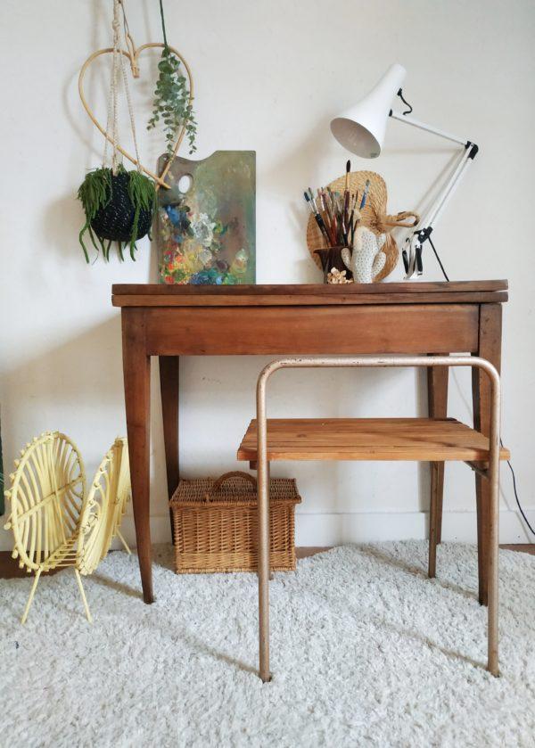 Elégance et fonctionnalité font de cette table console vintage aux pieds fuselés, un meuble à adopter dans un intérieur à la déco soignée.