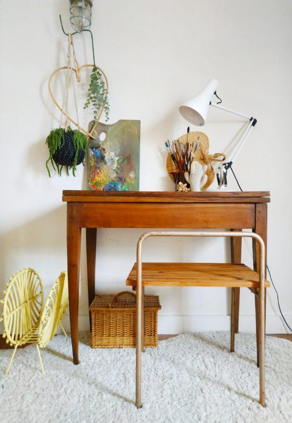 En bois d'acajou sublime, cette table de jeu se joue de nous pour devenir en un tour de main console élancée ou table de jeu, bureau ou table d'appoint.
