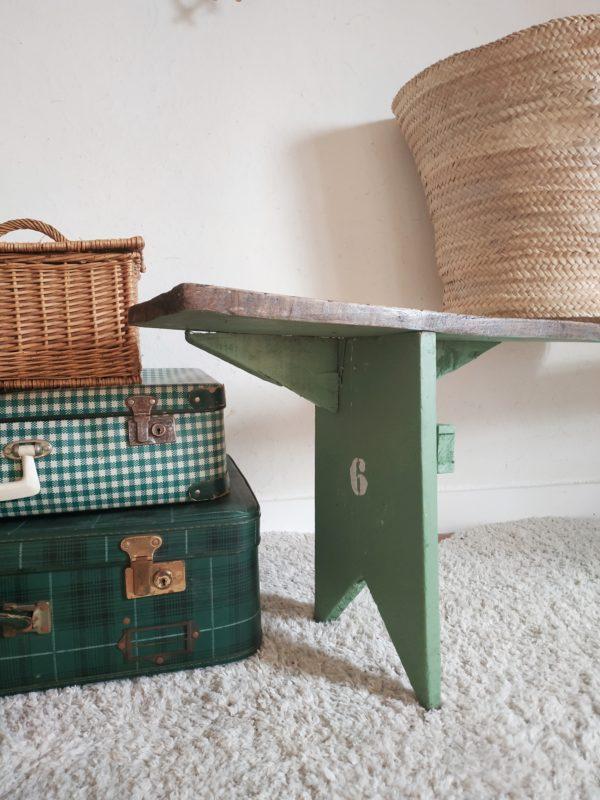 Ce banc de ferme sera facile à adopter dans l'entrée, ou autour d'une table de famille dans la pièce de vie ou dans la cuisine!