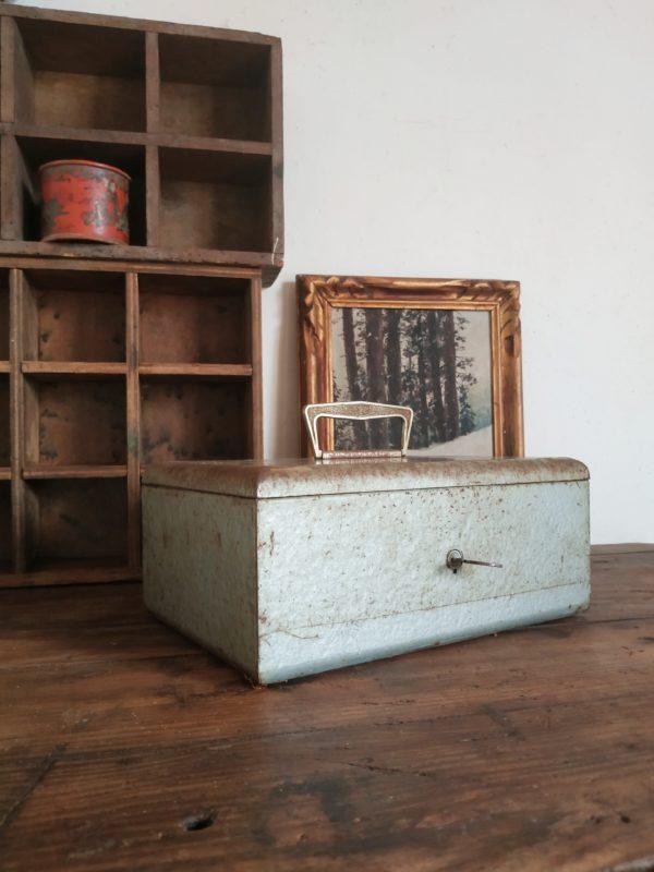 Ce coffre en métal vintage possède une poignée la rendant ainsi très pratique pour la déplacer.