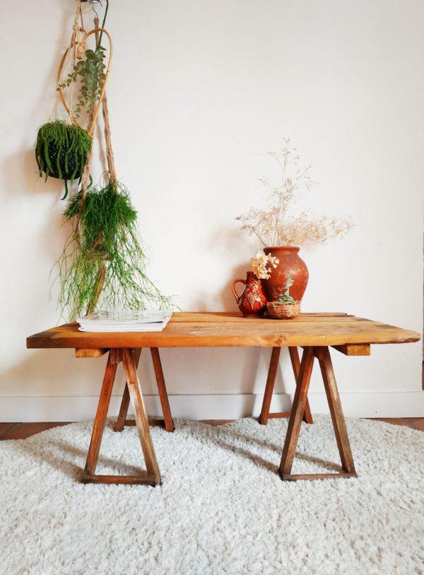 Look épuré et industriel, cette table basse rétro en bois valorise la simplicité organique du bois.