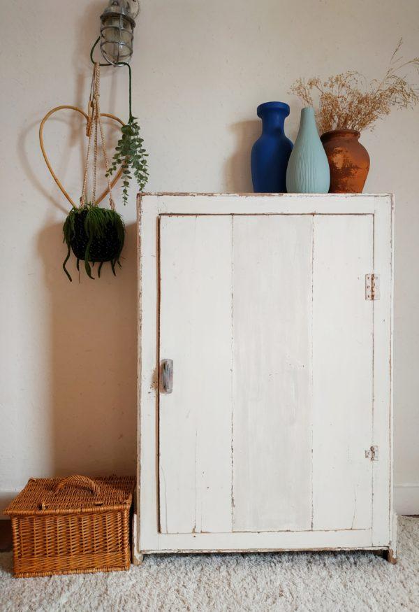 Cette adorable armoire parisienne nous a fait de l'œil pour nous laisser pantois devant sa taille réduite et son charme indéniable.