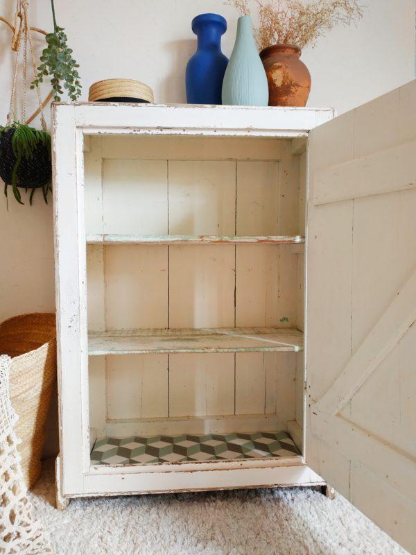 Nous souhaitions contraster son intérieur avec subtilité mais présence, les étagères furent travaillées pour ainsi réveiller le subtil jeu de couleurs de son passé.