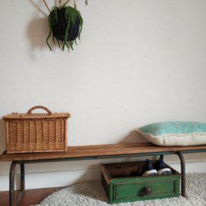 Retour sur les bancs de l'école maternelle avec cet adorable banc vintage.