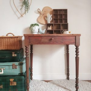 Entièrement en bois, cette table ancienne du milieu du 20ème siècle est d'une très belle simplicité de laquelle émane élégance et solidité de la fabrication.