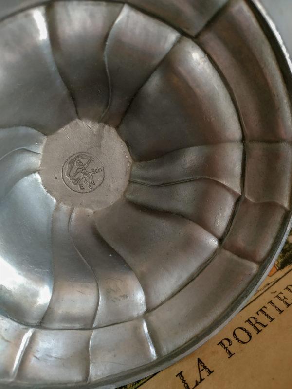 Ce bougeoir rétro présente un joli travail du métal tout en arabesque.